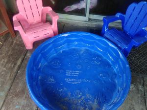 Small kids pool and 2 small kids chairs for Sale in Houston, TX
