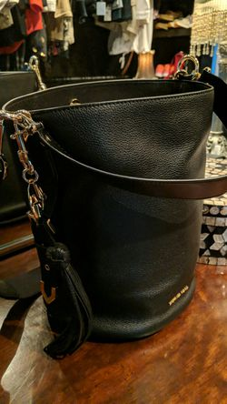 Michael Kors MD Bucket Messenger Leather Bag for Sale in Wexford,  PA