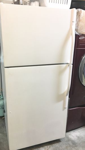"""WHITE KENMORE REFRIGERATOR TOP FREEZER. APT SIZE. HAS ICE MAKER 30""""WIDE X 66""""H. WORKS GREAT NO ISSUES. for Sale in Orange, CA"""