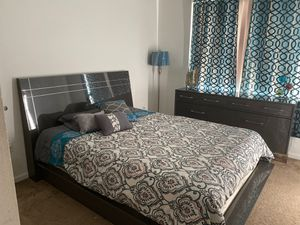 Queen bedroom set with dresser for Sale in Coral Springs, FL