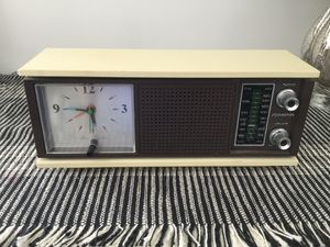 Soundesign Mid-Century Style AM/FM Clock Radio for Sale in Minneapolis, MN