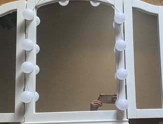 Lighted Tri fold Vanity mirror for Sale in Aliquippa,  PA