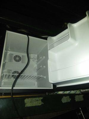 Mini fridge black and Decker for Sale in Detroit, MI