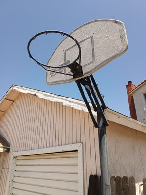 Free basketball hoop and pole for Sale in Corona, CA