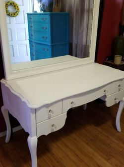 Beautiful Vanity/Desk Set Wall Mirror included for Sale in Whittier,  CA