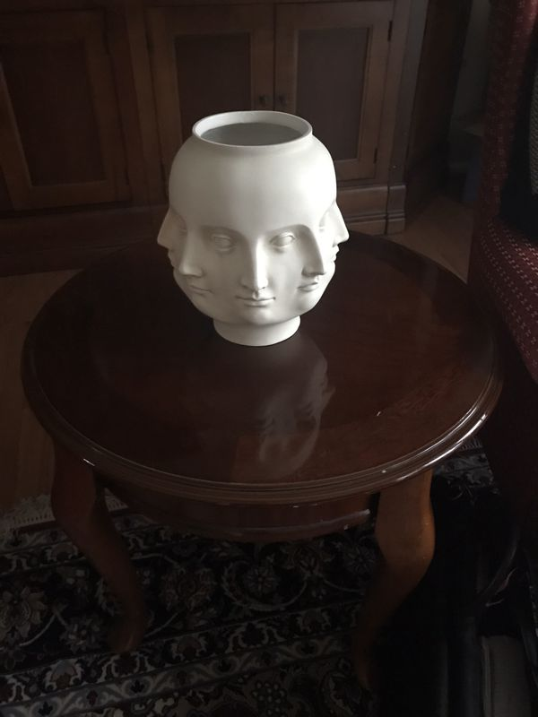 Faces vase/bowl/container, white