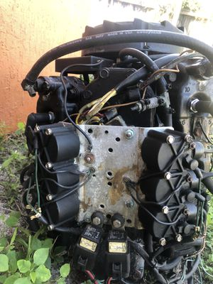 1999 Mercury 200 Hp outboard powerhead for parts. One bad cylinder. Motor was running. Message me for parts needed. for Sale in Davie, FL