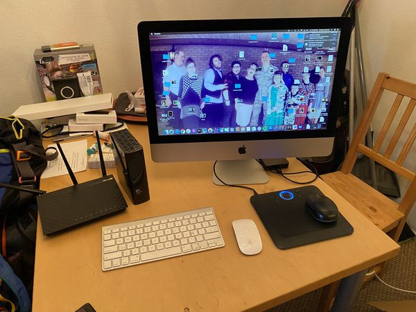 21.5in iMac(late 2013) with accessories.