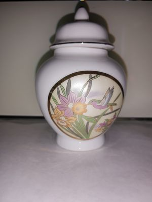 VINTAGE PORCELAIN GINGER JAR WITH LID for Sale in Arlington, TX