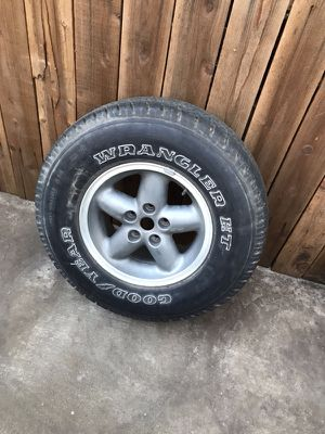 Jeep wheel and tire 30x9.50r15 for Sale in Corona, CA