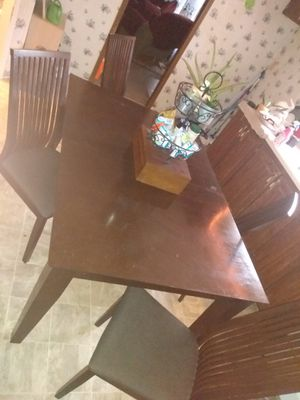 Jofran inc. Solid wood kitchen table with four chairs upholstered for Sale in Hubert, NC