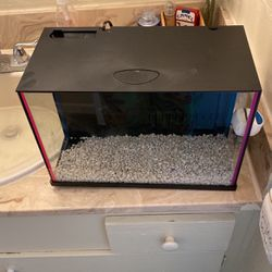 3.5 Gallon Fish Tank With Built In Filter And Light for Sale in San Bernardino,  CA