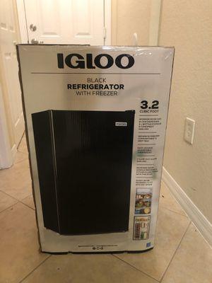Igloo mini fridge for Sale in Hialeah, FL