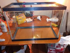 20 GALLON FISH TANK OR REPTILE CAGE IN EXCELLENT CONDITION WITH STAND for Sale in Bakersfield, CA