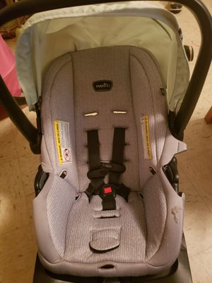 Green and gray infant car seat for Sale in Maryville, TN
