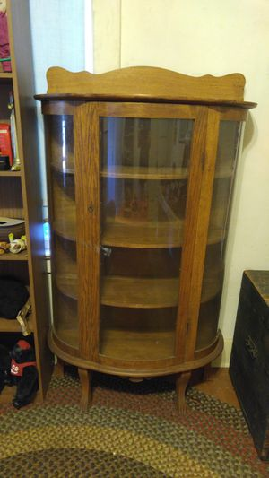 ANTIQUE STYLE OAK CURVED FRONT CHINA CABINET-WOW for Sale in Alhambra, CA