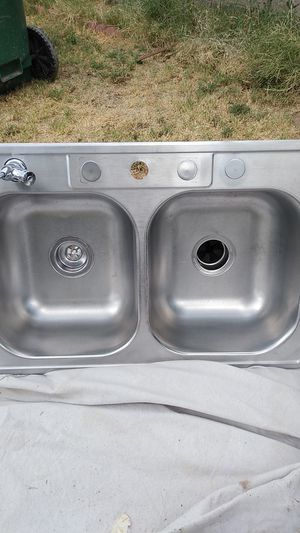 "Stainless steel kitchen sink 33""W by 20 1/2 with Working Garbage disposal for Sale in Chandler, AZ"