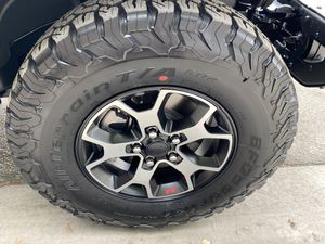 2021 Jeep rubicon wheels and tires (5) for Sale in Montclair, CA