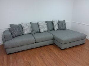 CONTEMPORARY SECTIONAL SOFA WITH ACCENT PILLOWS AND LARGE CHAISE for Sale in Mansfield, TX