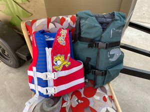 2 kids life jackets for Sale in Fresno, CA