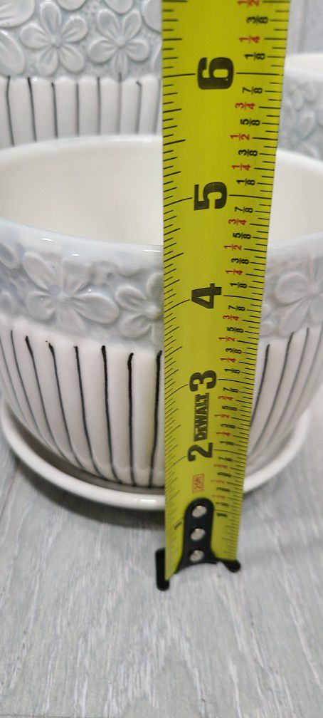 Plant pot, vase or planter whit white/blue flower decor and black stripes. 3pc Set