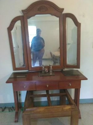 BEAUTIFUL WOOD VANITY WITH MIRROR for Sale in Cleveland, OH