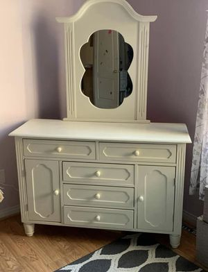 Girls bedroom set ( bed dresser nightstand ) for Sale in Bakersfield, CA
