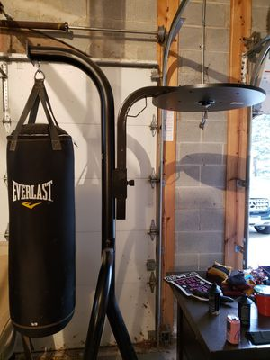 Everlast Adjustable Heavy Bag and Speed Bag Stand (heavy bag INCLUDED) for Sale in Lombard, IL