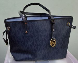 BLUE MICHAEL KORS TOTE WITH POUCH AND WALLET for Sale in Hayward, CA