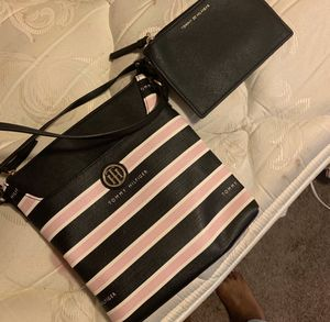 Tommy Hilfiger chests trap purse for Sale in Denver, CO
