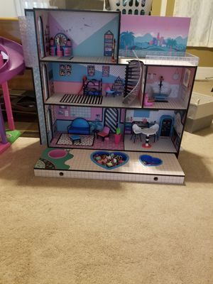 Lol doll house with dolls and some accessories for Sale in Fairlawn, OH