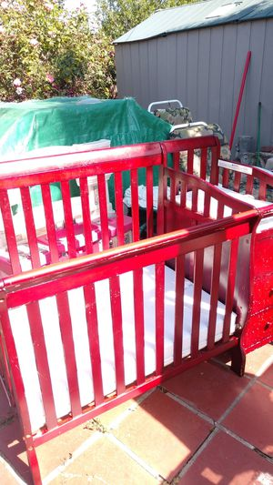 Dream on me-cherry convertible crib and day bed set for Sale in Sunnyvale, CA