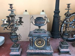 Two sister identical lamp and the center Clock 🕰 for Sale in Carol City, FL