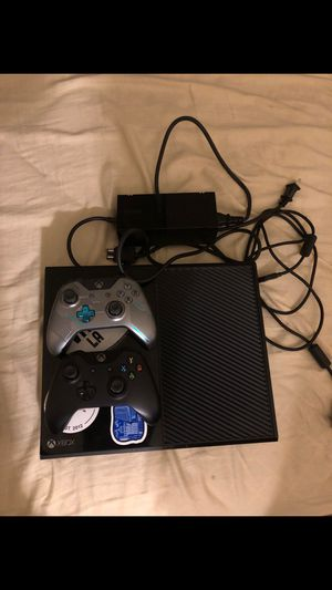 Xbox one comes with 2 controller works great $150 pick up today for Sale in Boston, MA