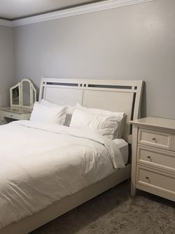 King Size Bed Set for Sale in Lynnwood,  WA