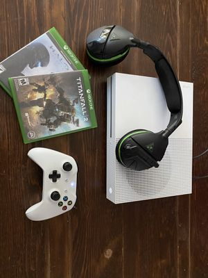 Xbox One S w/ Controller and Headphones for Sale in Dallas, TX
