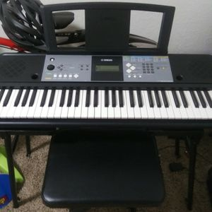 YAMAHA electric key board with 66 keys and bench seat and stand and cord plays great for Sale in Lake Stevens, WA
