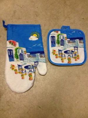 Kitchen oven glove mitt and pot holder for Sale in Dallas, TX