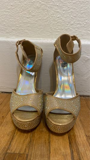 Shi by journeys gold heels with gemstones. Size 7 1/2 for Sale in West Carson, CA