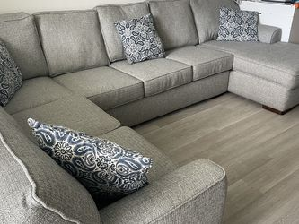 Beautiful Sectional Sleeper * MOVING SPECIAL* for Sale in Hialeah,  FL