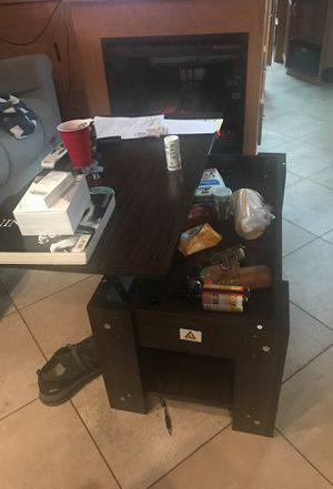 Coffee table that unfolds up for convenience for Sale in Buckley, WA