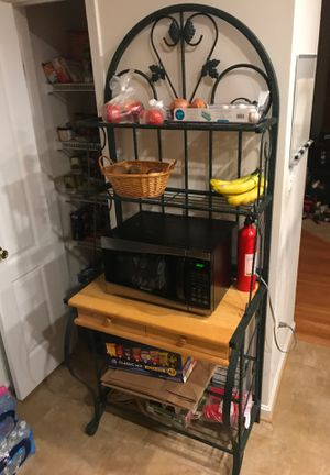 Bakers rack with microwave for Sale in Brandywine, MD