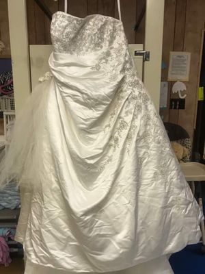 Wedding dress for sale with veil for Sale in Columbus, OH