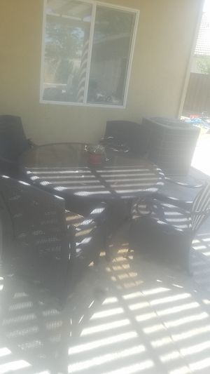 54 inch round outdoor patio furniture with 4 chairs for Sale in Patterson, CA