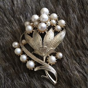 Vintage 50s Coro faux pearl gold cluster brooch for Sale in Henderson, NV