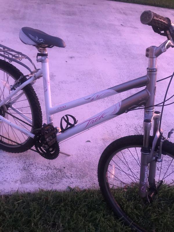 """Trek Woman's 26"""" Bicycle 19.5"""" Frame Mountain Bike Gorgeous!"""
