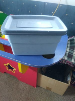 Small Rubbermaid storage container for Sale in Greencastle, PA