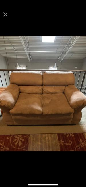 Love seat couch for Sale in Morgantown, WV