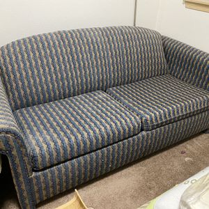 *FREE* Couch With Pull Out Bed for Sale in Tacoma, WA