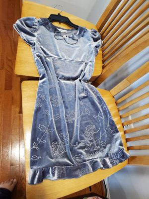 Girls Gray beautiful flowers dress size 7/8 for Sale in Manassas Park, VA